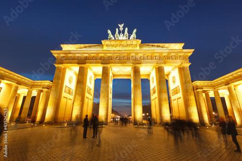 In de dag Berlijn Brandenburg gate at night