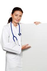 Junger erfolgreicher Arzt mit leerem Poster für We