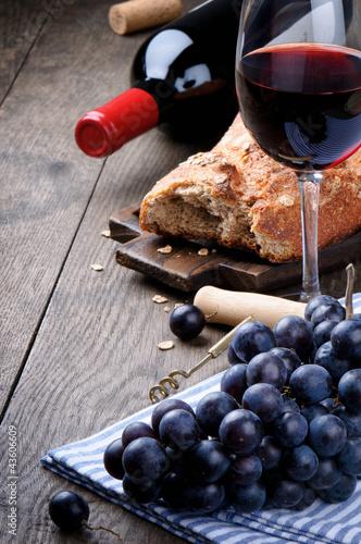 czerwone-wino-swieze-pieczywo-i-winogrona