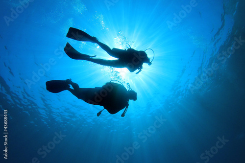 Spoed Fotobehang Duiken Couple Scuba Diving together