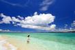 南国の美しいビーチでリラックスする女性