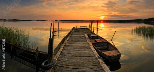 Romantischer Steg im Sonnenuntergang