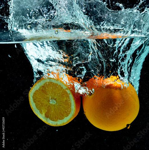 Fototapeta premium Pomarańczowy owoc Splash na wodzie