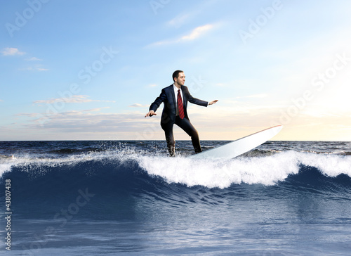 Photo  Young business person surfing on the waves