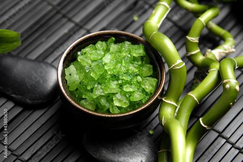 miska-zielonej-soli-do-kapieli-z-kamieniami-zen-i-szczesliwym-bambusem-na-macie