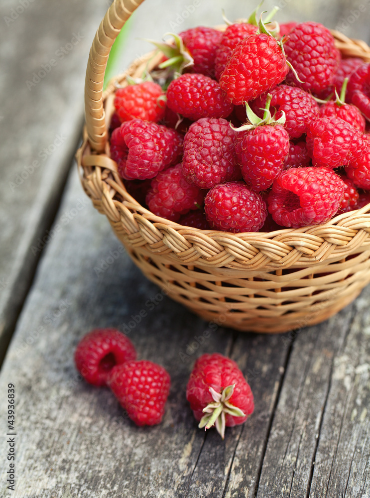 Fototapety, obrazy: fresh raspberry in a basket on wooden table