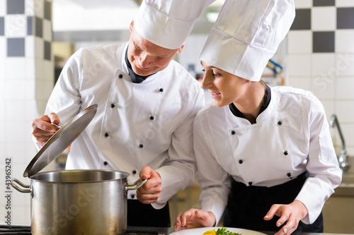 Küche Für Restaurant Kaufen | Zwei Koche Im Team In Restaurant Kuche Kaufen Sie Dieses Foto Und