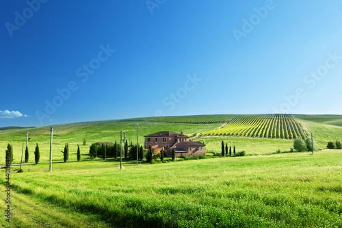 krajobraz-toskanii-z-typowym-wiejskim-domu