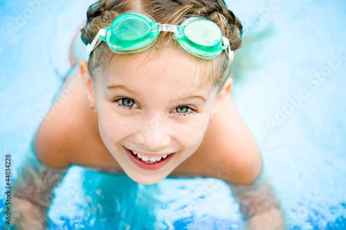 Fotografía  Little girl in swimming pool