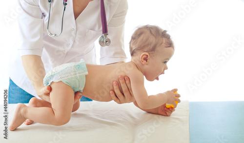 Fotografia  Pediatrician examining baby .