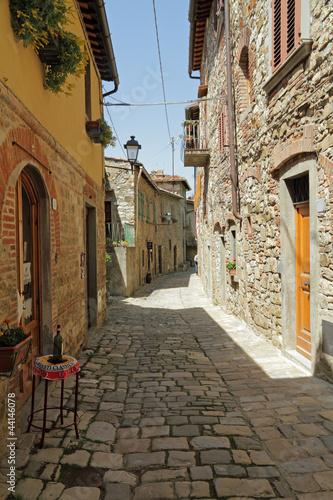 waska-kamienista-ulica-w-toskanskim-borgo-montefioralle