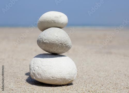 Photo sur Plexiglas Zen pierres a sable galets en équilibre sur le sable de plage