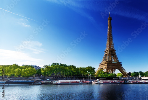 Ingelijste posters Parijs Seine in Paris with Eiffel tower