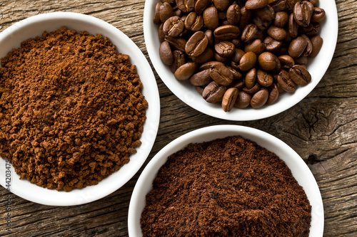 Obraz coffee beans, ground coffee and instant coffee - fototapety do salonu