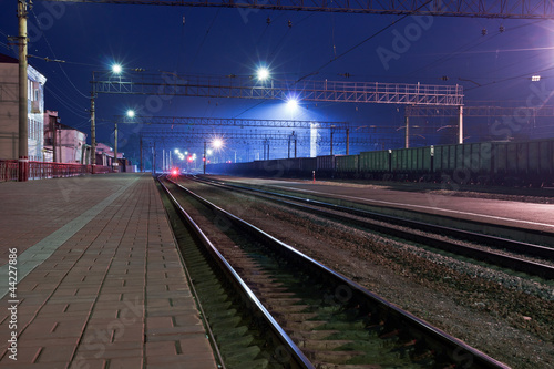 Foto auf AluDibond Bahnhof The railroad, night. Peron.