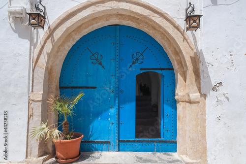 Staande foto Tunesië Typische blaue Tür auf Djerba/Tunesien