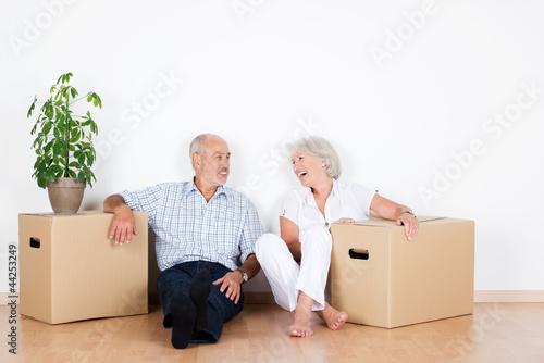 Fotografie, Obraz  lachendes älteres paar beim umzug