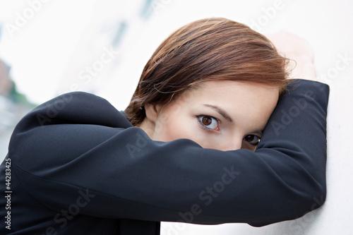 Fotografie, Obraz  Frau versteckt sich hinter Arm