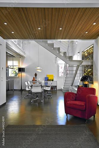 poltrona rossa e tavolo da pranzo in un soggiorno moderno ...