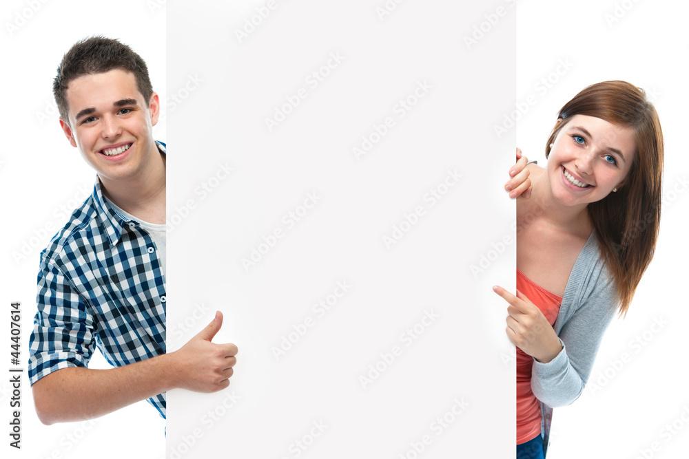 Fototapeta Teenagers mit Werbeschild