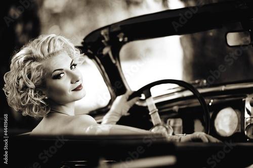 retro-kobieta-za-kierownica