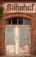 Eine Tür In Einer Alten Verfallenen Mauer