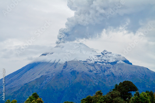 Foto op Aluminium Vulkaan Closeup of Tungurahua Volcano a large amount of ashes