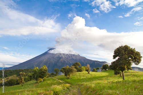 Poster de jardin Volcan Tungurahua Volcano erupting at sunrise with a clowd of smoke