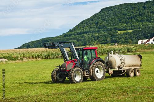 Photo  Traktor fährt Gülle