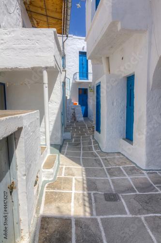 Naklejka premium Wąska uliczka na wyspie Kimolos, Cyklady, Grecja