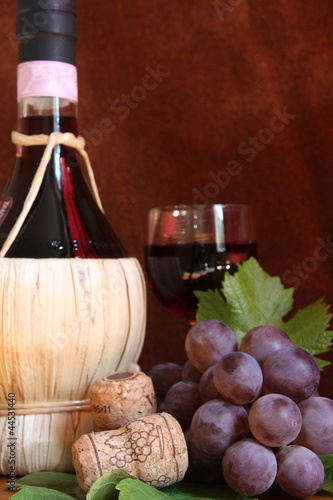 Fotografiet  Chianti wine with grape and glass