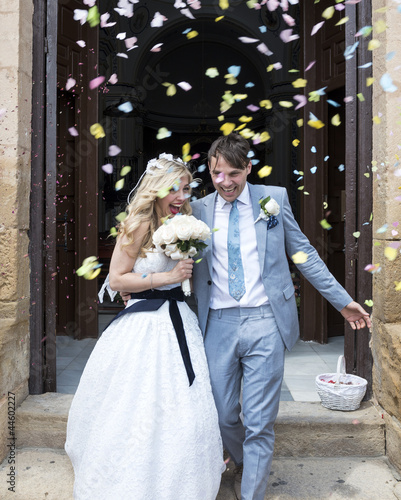 Fotografía  Confetti being thrown over the Bride and Groom