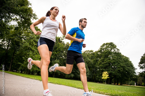 Montage in der Fensternische Jogging Jogging together - sport young couple