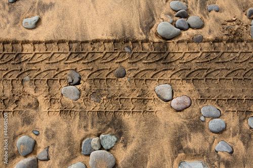 slady-opon-samochodowych-na-piaszczystej-plazy