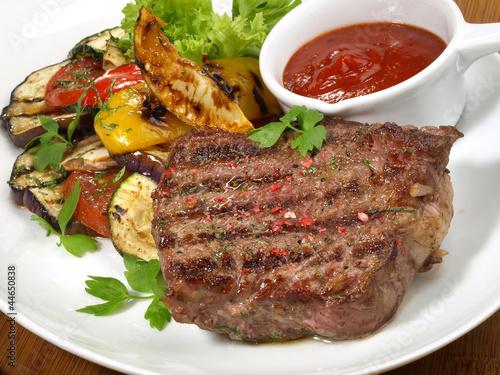 Papiers peints Steakhouse Steak vom Rind mit Grillgemüse