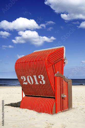 Foto-Leinwand - Roter Strandkorb 2013 Hochformat