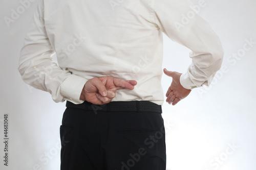 Photo Ein Geschäftsmann taeuscht Ehrlichkeit vor
