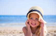 Девочка на пляже в шляпе