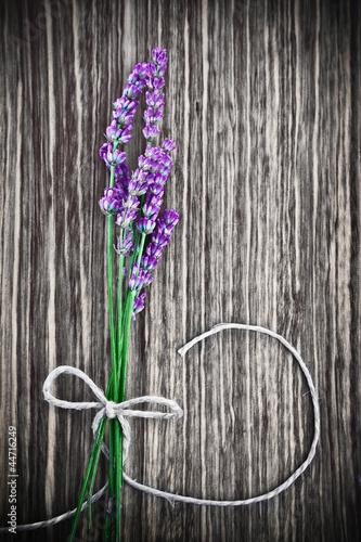 lawendowy-kwiat-na-drewnianym-tle