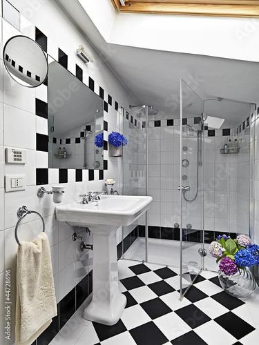 Bagno Moderno Bianco E Nero.Bagno Moderno In Bianco E Nero Con Box Doccia In Vetro Buy This