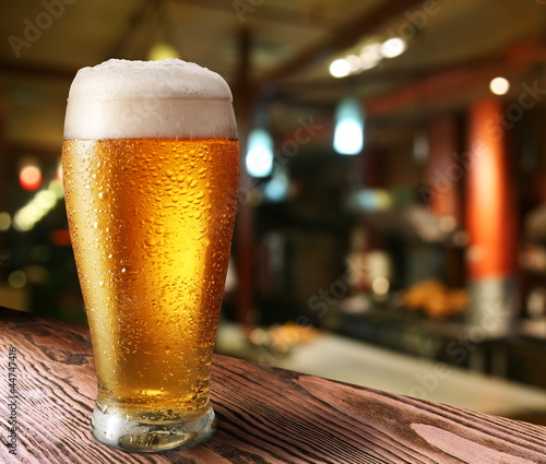 Deurstickers Alcohol Glass of light beer