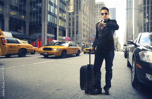 Photo  Businessman looking at his watch in New York