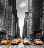 Fototapeta New York - Avenue avec des taxis à New York.