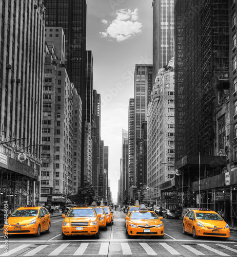Avenue avec des taxis à New York. Canvas-taulu