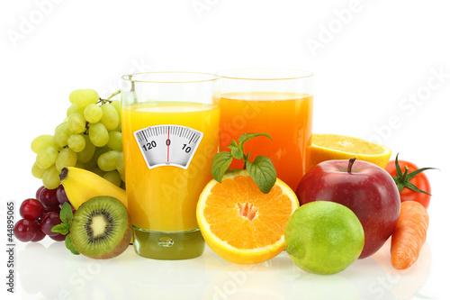 dieta-i-zdrowe-odzywianie-owoce-warzywa-i-sok-na-bialym-tle