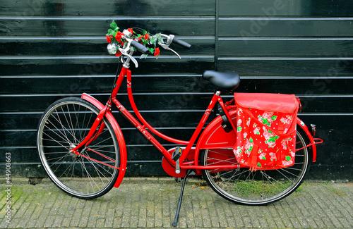 Pięknie zdobiony czerwony rower damski.