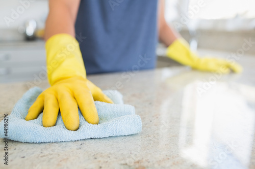 Foto Woman cleaning the counter