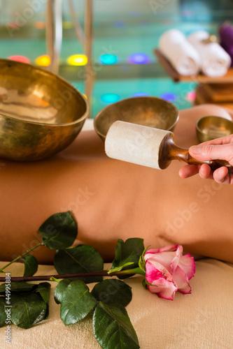 Plissee mit Motiv - Frau bei Wellness und Klangschalen Massage