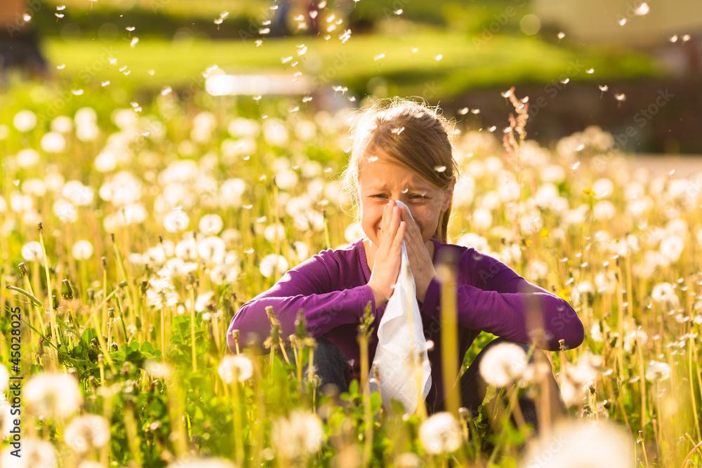 Fototapety, obrazy: Mädchen auf Wiese mit Pusteblumen und Allergie