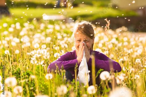 Mädchen auf Wiese mit Pusteblumen und Allergie Canvas Print